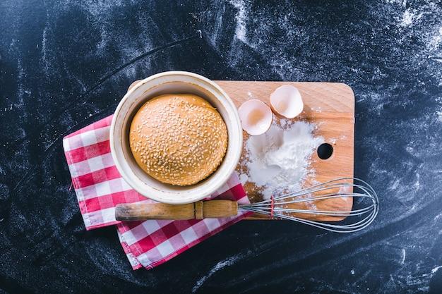 Ingrediënten en gebruiksvoorwerp voor het bakken