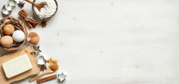 Ingrediënten en gebruiksvoorwerpen voor het bakken op een houten oppervlak