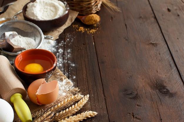 Ingrediënten en gebruiksvoorwerpen voor het bakken van dichtbij