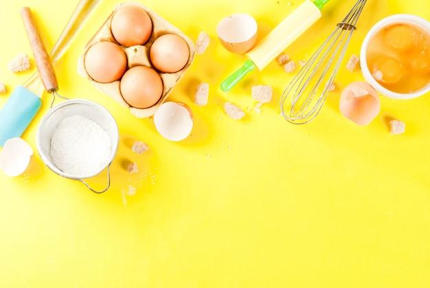 Ingrediënten en gebruiksvoorwerpen voor het bakken van ei, bloem, suiker, garde, deegroller