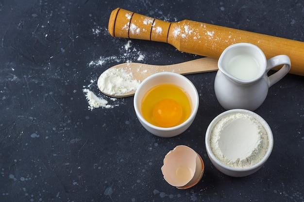 Ingrediënten en gebruiksvoorwerpen voor het koken van cake