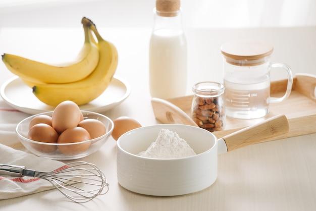 Ingrediënten en gereedschappen om een cake, bloem, boter, suiker, eieren te maken