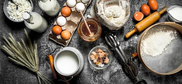 Ingrediënten en gereedschappen voor deegbereiding op rustieke tafel.