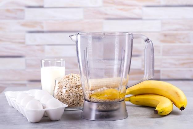 Ingrediënten en gereedschappen voor haverpannekoeken met banaan