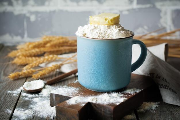 Ingrediënten en gereedschappen voor zelfgemaakt bakken