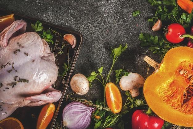 Ingrediënten en groenten op een donkere tafel