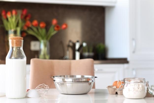 Ingrediënten en keukengereedschap voor het bakken van cake op het aanrecht