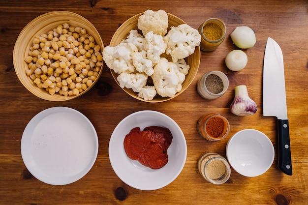 Ingrediënten en kruiden op tafel, vegetarische schotel koken