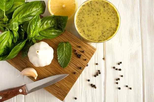 Ingrediënten en thaise saus met basilicum en citroen op de witte houten