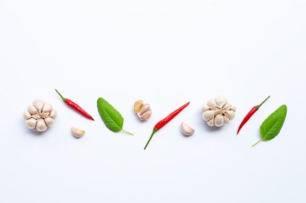 Ingrediënten kruiden en specerijen, heilige basilicum, chili en knoflook