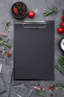 Ingrediënten met klembord op tafel