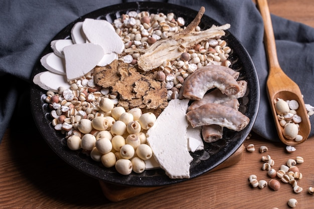 Ingrediënten van four tonics soup, four herb flavor soup. taiwanees traditioneel eten met job's tranen, kruiden, varkensdarmen.