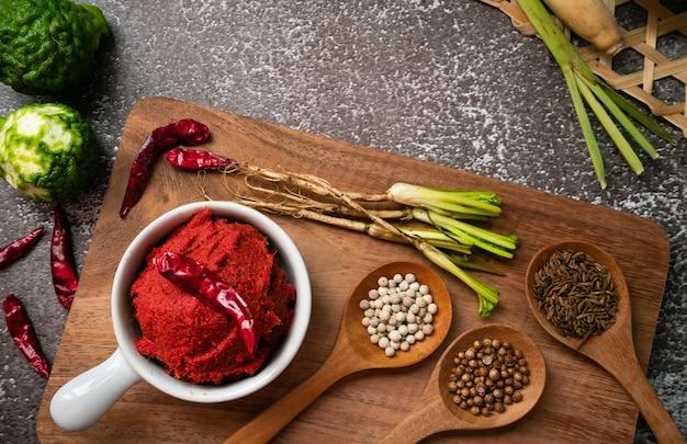 Ingrediënten van pittige currypasta die zich op de tafel verspreidde en wat ruimte overliet - thaise kruidenkruiden voor het koken van heet thais eten
