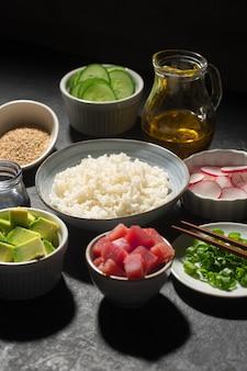 Ingrediënten van traditional hawaiian poke bowl bereid met tonijn