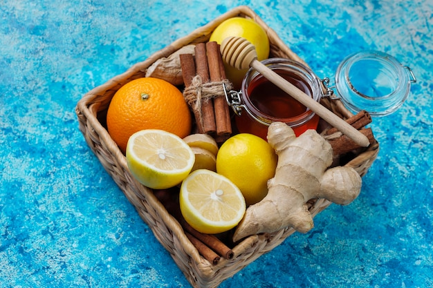 Ingrediënten: verse gember, citroen, kaneelstokjes, honing, gedroogde kruidnagel voor het maken van immuniteit stimuleren van gezonde vitaminedrank