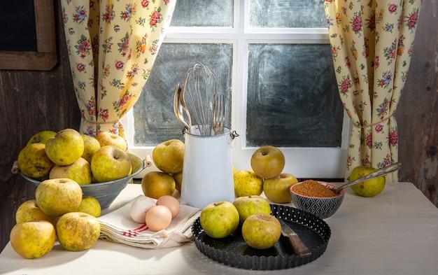 Ingrediënten voor appeltaart, appels, eieren, deeg