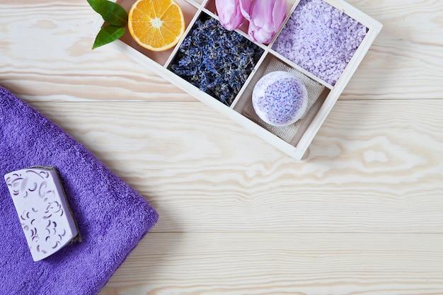 Ingrediënten voor aromatherapie en spa, aromatisch zeezout en handdoeken.