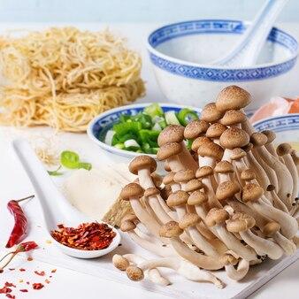 Ingrediënten voor aziatische ramen soep