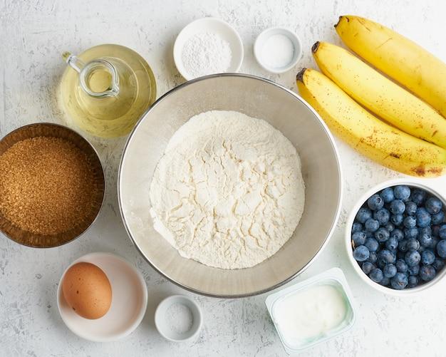 Ingrediënten voor bananenbrood. stap voor stap recept. stap 1. banaan, bloem, ei, olie, suiker.