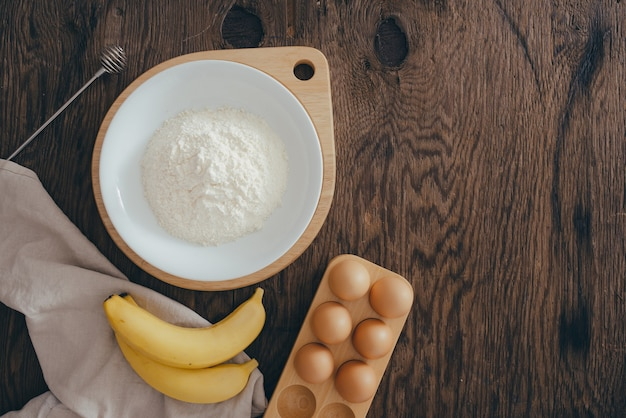 Ingrediënten voor botercake op houten tafel