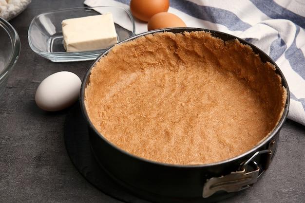 Ingrediënten voor cheesecake op keukentafel