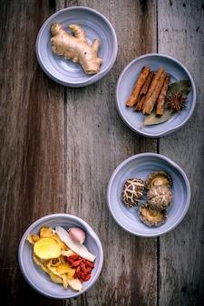 Ingrediënten voor chinese kruidensoep op sjofele houten achtergrond.