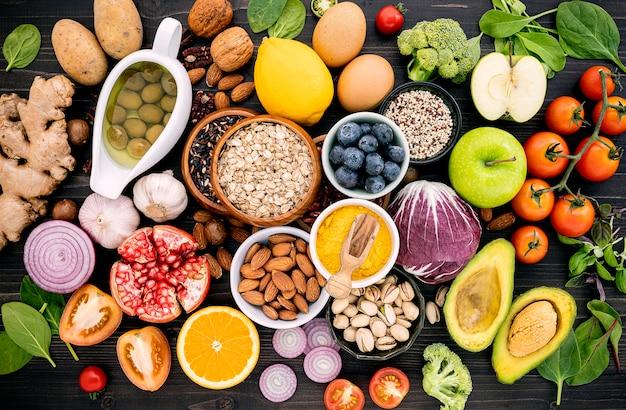 Ingrediënten voor de gezonde voedselselectie die op houten achtergrond wordt opgezet.