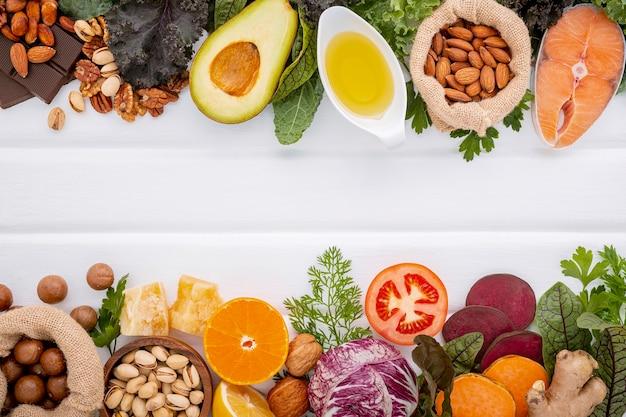 Ingrediënten voor de gezonde voedselselectie op wit