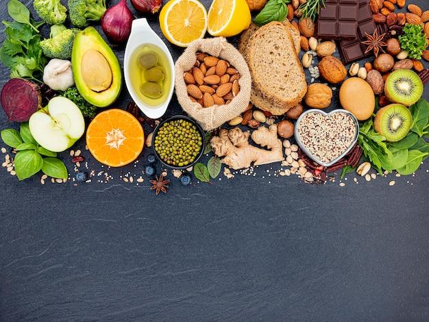 Ingrediënten voor de selectie van gezonde voeding opgezet op donkere stenen achtergrond.