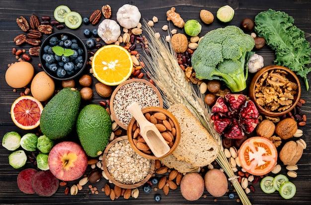 Ingrediënten voor de selectie van gezonde voeding opgezet op houten