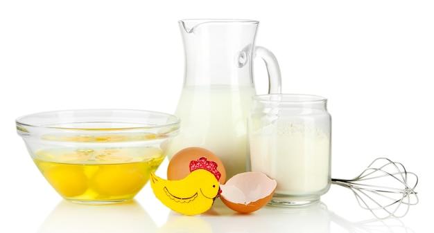 Ingrediënten voor deeg op wit wordt geïsoleerd