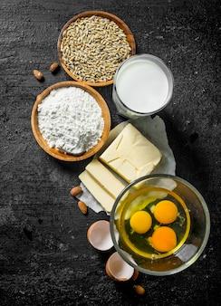 Ingrediënten voor deegbereiding op zwarte rustieke tafel