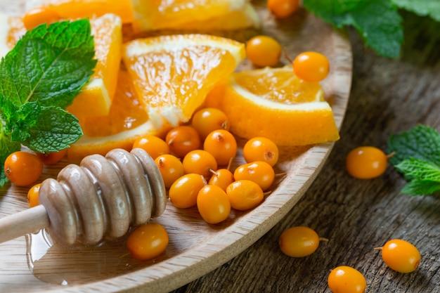 Ingrediënten voor duindoornlimonade met sinaasappels en munt