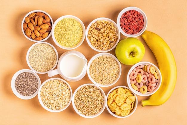 Ingrediënten voor een gezond ontbijt in kommen