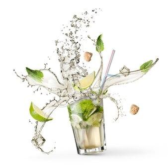 Ingrediënten voor een mojito met water dat in een glas op een wit oppervlak valt