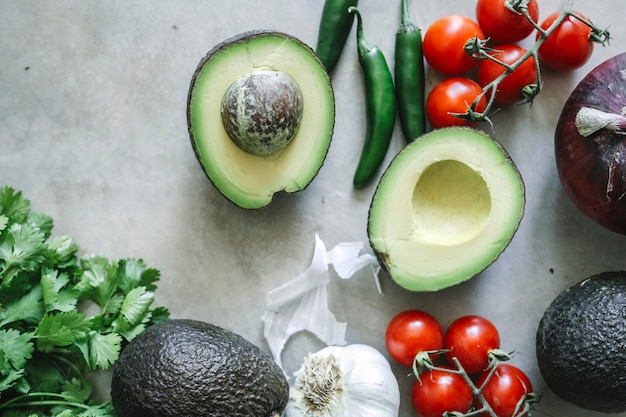Ingrediënten voor een nieuw receptidee voor guacamole-voedselfotografie