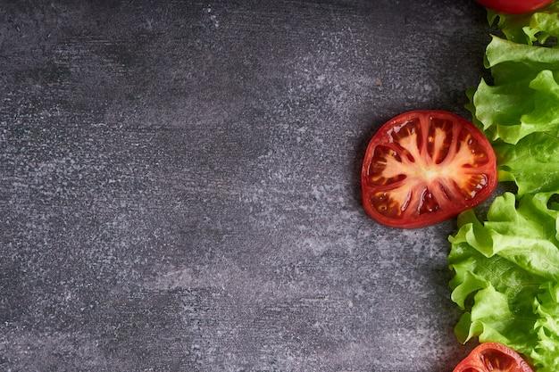 Ingrediënten voor een vegetarisch broodje op een grijze tafel kopieer de ruimte