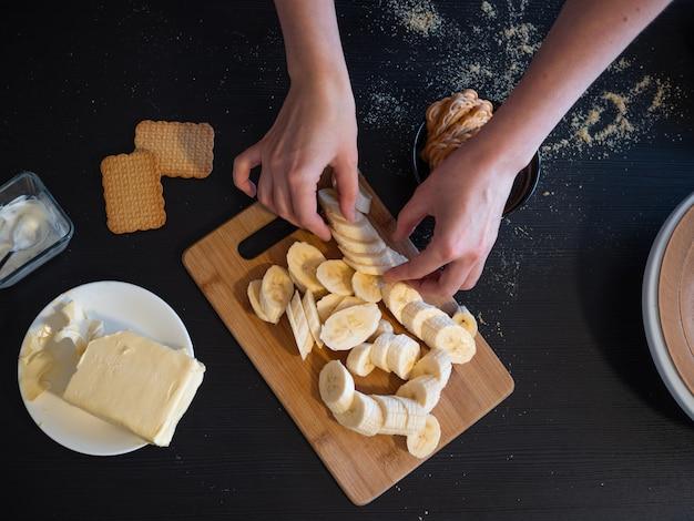 Ingrediënten voor een zandkoekcake met banaan en karamel