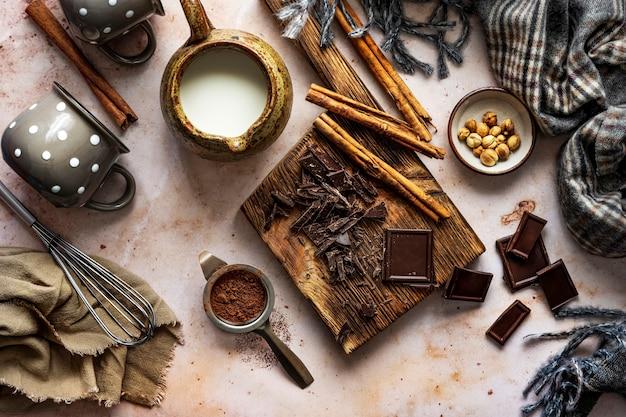 Ingrediënten voor fotografie van warme chocolademelk in de winter