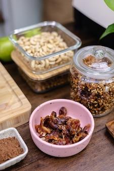 Ingrediënten voor gezonde dessertchia puddingen in keuken op houten tafel