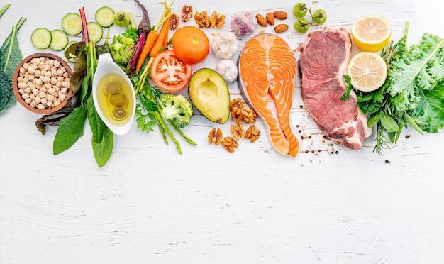 Ingrediënten voor gezonde voedselselectie op witte houten achtergrond.