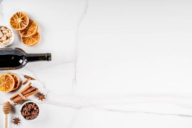 Ingrediënten voor glühweincocktail met fles wijn en ingrediënten