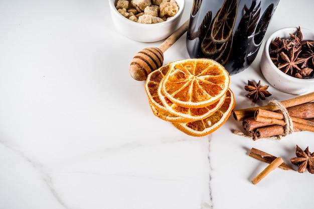 Ingrediënten voor glühweincocktail met kruiden