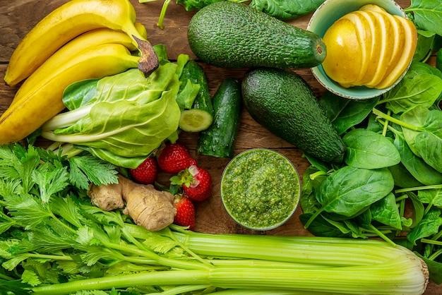 Ingrediënten voor groente en fruit groene smoothie bovenaanzicht