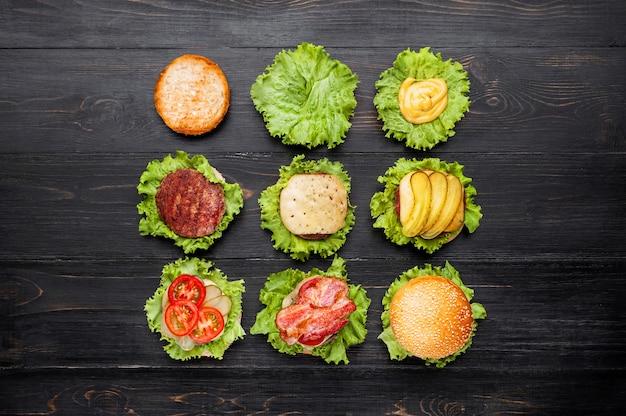 Ingrediënten voor hamburger. uitzicht van boven. zwart hout oppervlak