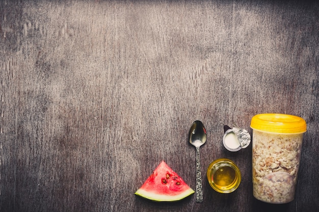 Ingrediënten voor havermout op donkere houten tafel concept van gezonde voeding bovenaanzicht kopieerruimte afgezwakt