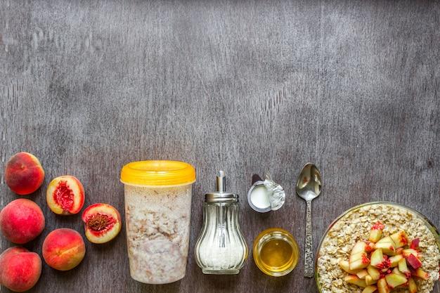 Ingrediënten voor havermout op donkere houten tafel concept van gezonde voeding bovenaanzicht kopieerruimte