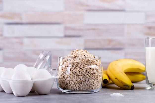 Ingrediënten voor haverpannekoeken met banaan