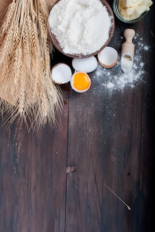Ingrediënten voor het bakken op de oude houten tafel
