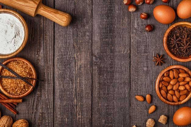 Ingrediënten voor het bakken op een houten achtergrond